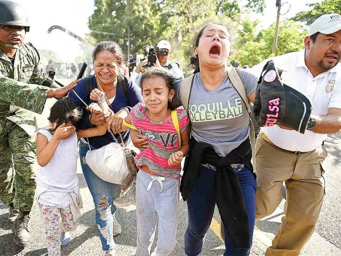 Cortan paso a 2 mil migrantes; chocan con Guardia Nacional