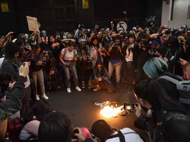Manifestantes marchan al domicilio de Ingrid Escamilla como homenaje en GAM
