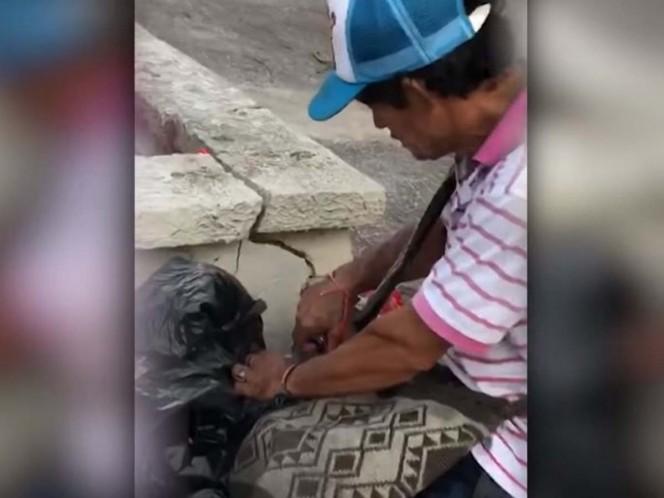 Cachan a vendedor rellenando botellas de refresco; así reaccionó