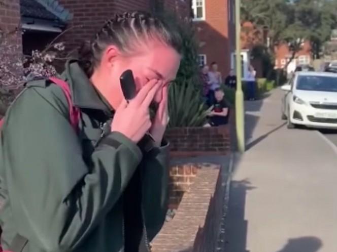 Paramédica llora tras aplausos de sus vecinos mientras va al trabajo — Coronavirus