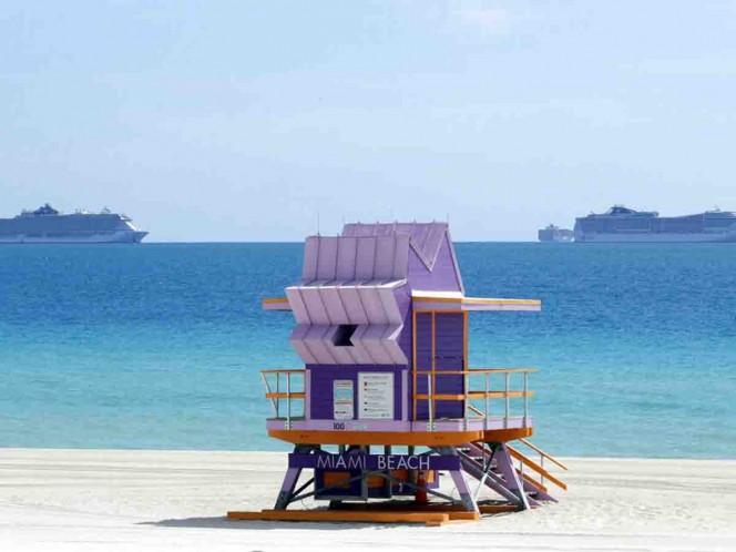 Florida reabre playas pese a aumento en casos de COVID-19