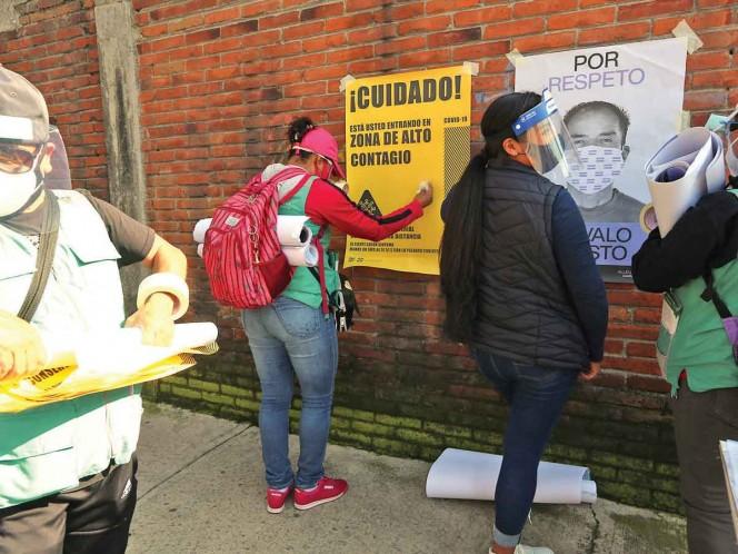 ALERTA. Brigadas de diversas dependencias del Gobierno de la Ciudad de México acudieron ayer a las colonias Tezozomoc y San Juan Tlihuaca para advertir del riesgo de contagio de la enfermedad. Foto: Karina Tejada