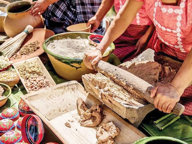 La flor rosita de cacao (cacahuaxochitl) es procesada por mujeres de San Andrés Huayapam y comunidades colindantes, en la región del Valle de Oaxaca, para crear la bebida tejate. Fotos: Patricia Briseño