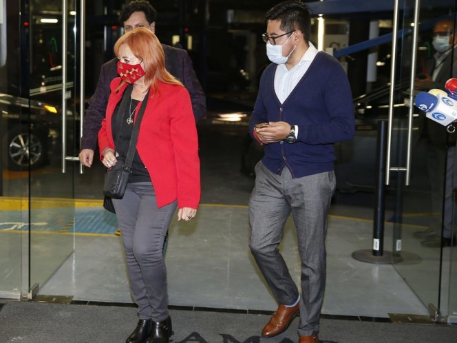Al término del encuentro, Rosario Piedra fue sacada por una puerta trasera del Senado hacia el estacionamiento, donde fue escoltada por su equipo de seguridad. Foto: Cuartoscuro