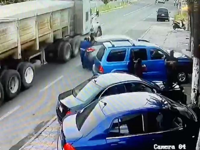 Video: Conduce de reversa, empuja a peatón contra tráiler y lo mata