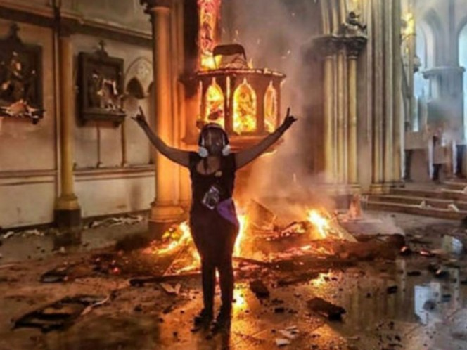 A pesar de que en un inicio las manifestaciones, en las que participaron más de 25 mil chilenos, se realizaron de forma pacífica, por la tarde derivaron en disturbios, saqueos y ataques incendiarios.
