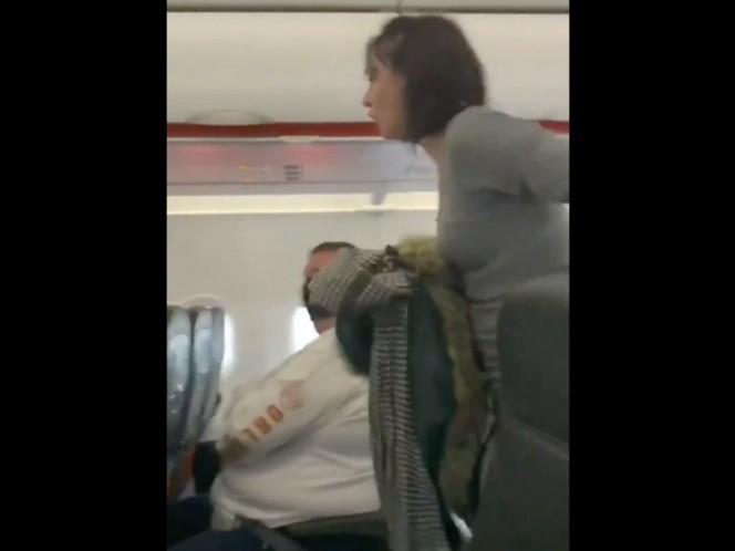 ¡Todos mueren!: Mujer tose sobre pasajeros y la bajan de avión