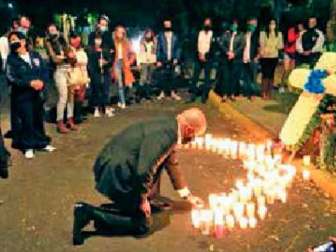 Familiares y amigos del joven se reunieron en el sitio donde ocurrió el accidente. Foto: Héctor López