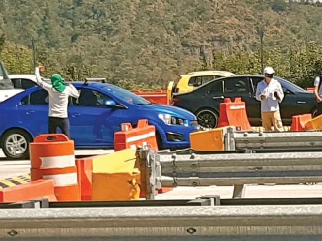 Al menos 100 encapuchados tomaron ayer cerca del mediodía, por cerca de cuatro horas, la caseta de Tlalpan, de la autopista México-Cuernavaca. Foto: Especial