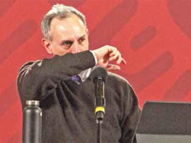 El subsecretario Hugo López-Gatell, durante la conferencia vespertina en Palacio Nacional, se cubre con el brazo para estornudar / Foto: Cuartoscuro