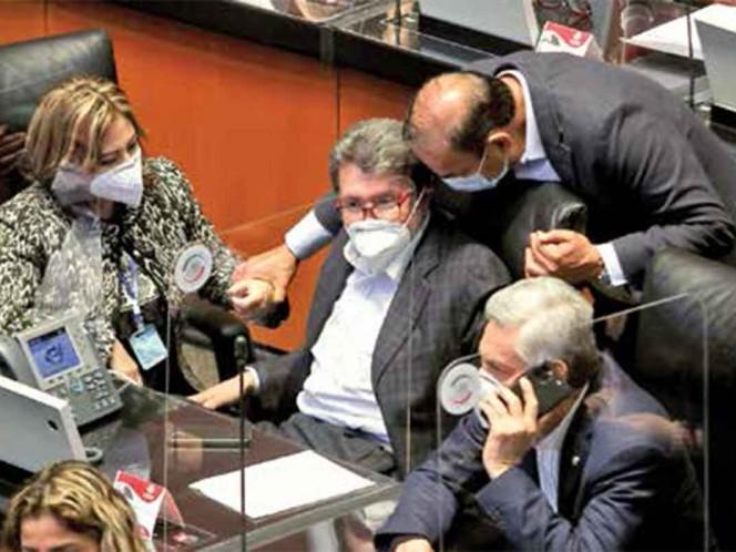 Ricardo Monreal, coordinador de los senadores de Morena, conversa con otros legisladores durante la sesión en la que se aprobaron reformas al sistema judicial / Foto: Cuartoscuro