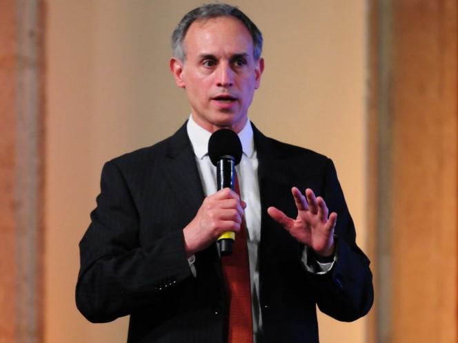 López-Gatell explicó que existen convenios con otros países para enviar a 3 mil 500 médicos a realizar su especialidad, pero debido a la pandemia de covid-19 no se han concretado.
