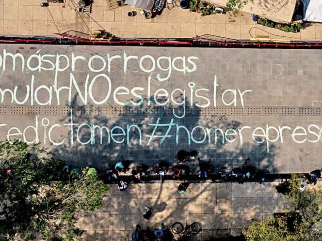 Activistas del uso recreativo de la mariguana realizaron pintas en el piso del parque que está afuera del Senado. Exigen que los legisladores acaten el mandato de la Corte y legalicen al cannabis. Foto: Cuartoscuro