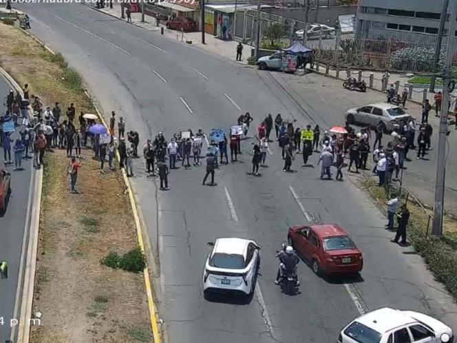Estudiantes bloquean avenida Central por aumento de colegiaturas . Noticias en tiempo real