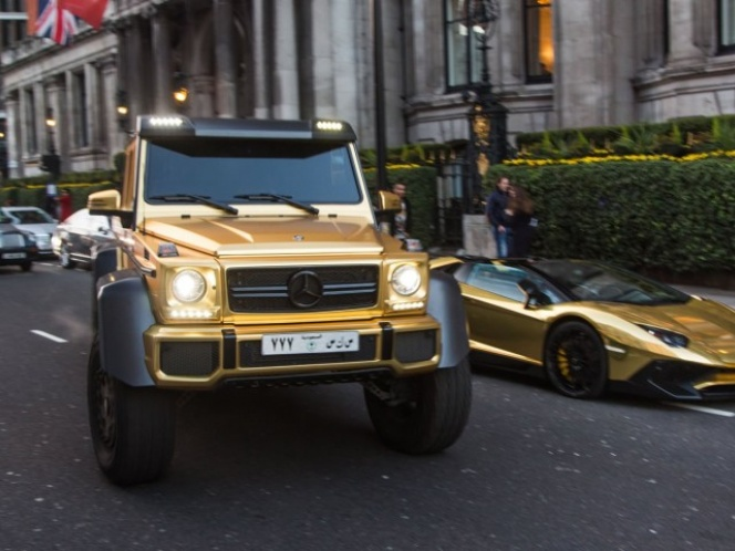 Príncipe Saudí impresiona a Londres con sus coches de oro