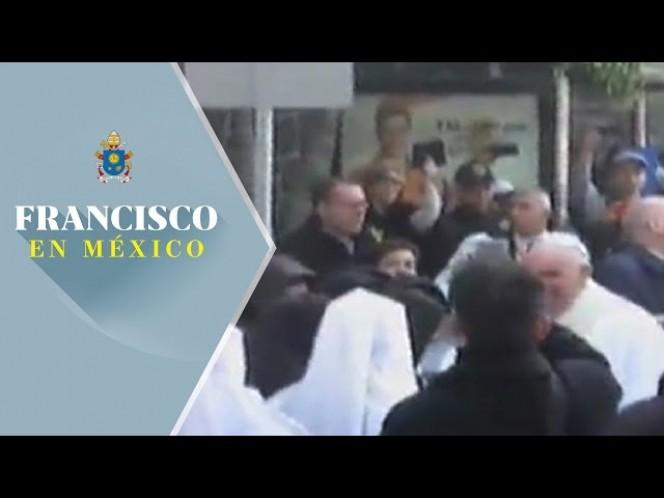 El Papa conversó por unos instantes con ellas, momento que fue aprovechado por varios de los vecinos y asistentes para acercarse al pontífice a saludarlo entre porras y gritos
