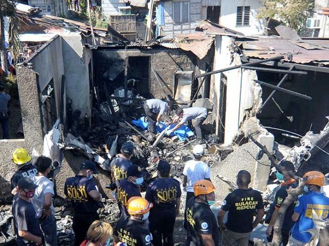 Les cae una avioneta mientras comían en casa; al menos 10 muertos