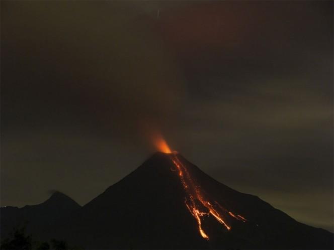 Fuerte erupción en Volcán de Fuego alarma a Guatemala