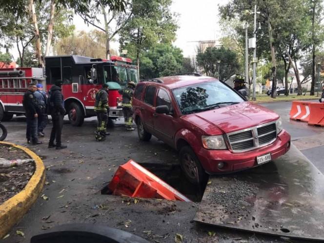 Cae vehículo dentro de boquete en Calzada de las Bombas