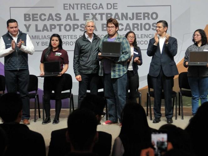 Del Mazo entrega becas y laptops a estudiantes destacados