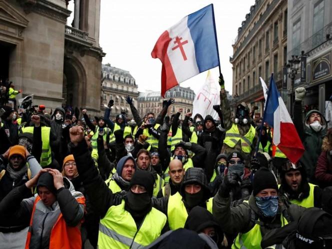 'Chalecos amarillos' vuelven a la carga en Francia, aunque a la baja