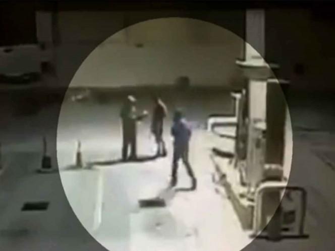 Perro defiende de los ladrones a un despachador de gasolina