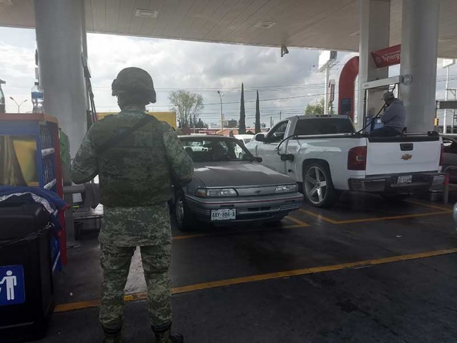 Sujeto amaga con arma a despachadores y Ejercito vigila gasolinería