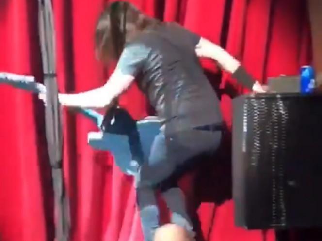 Dave Grohl se cae del escenario tras beber una lata de cerveza