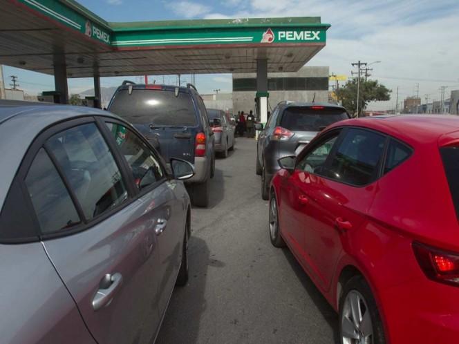 Filas y espera de casi dos horas para cargar gasolina en Nuevo León