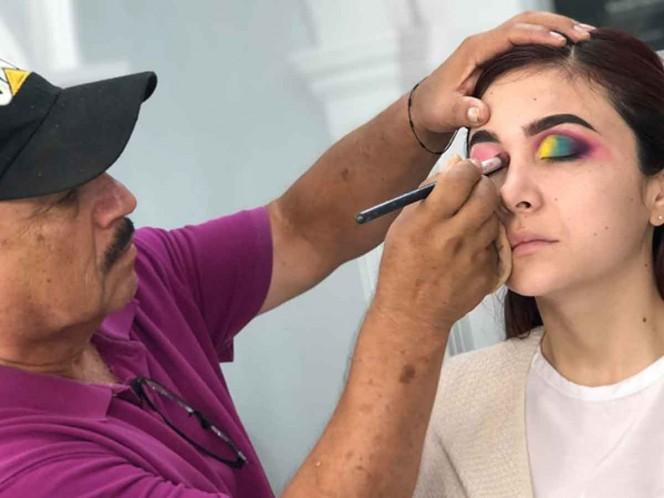 Tierno vendedor de cosméticos toma curso de maquillaje