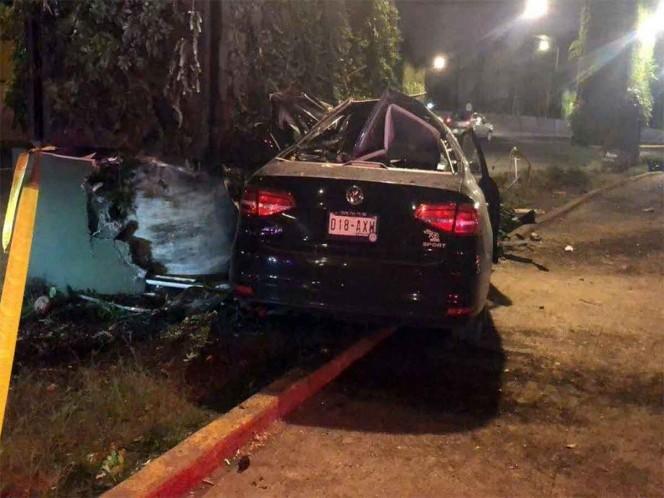 Muere un joven al chocar su auto contra pilar en Periférico