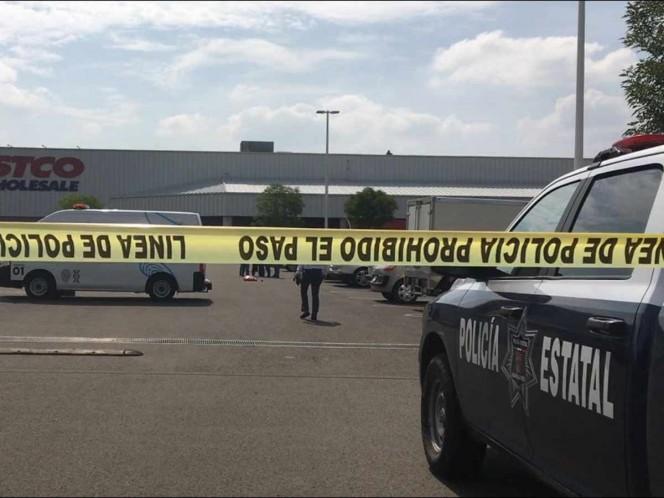 Ejecutan a 2 hombres en estacionamiento de centro comercial