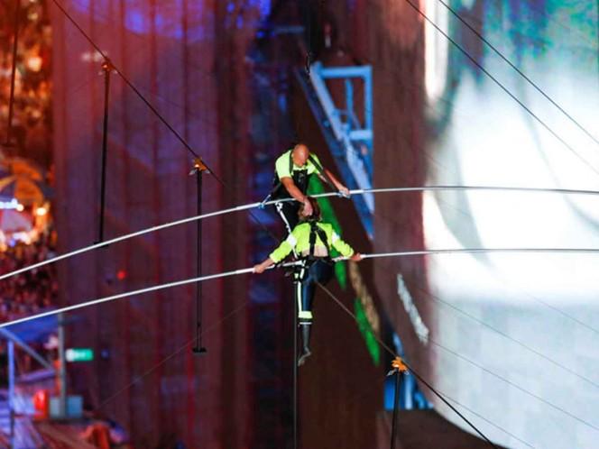 Equilibristas conquistan Times Square con arriesgado acto