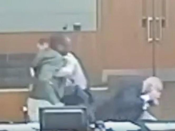 Hombre enfurece y golpea a su propio abogado en pleno juicio