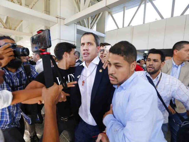 Juan Guaidó regresa a Venezuela y es recibido con insultos
