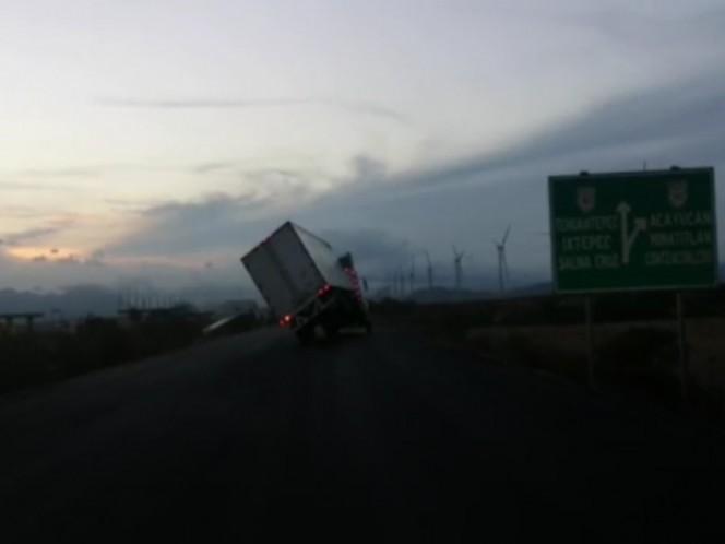 Fuertes vientos vuelcan tráiler en Oaxaca