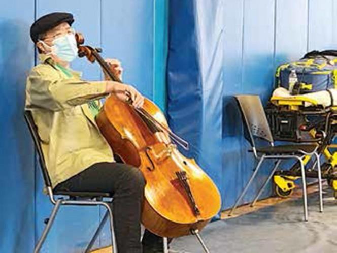 El violonchelista Yo-Yo Ma improvisa recital en centro de vacunación
