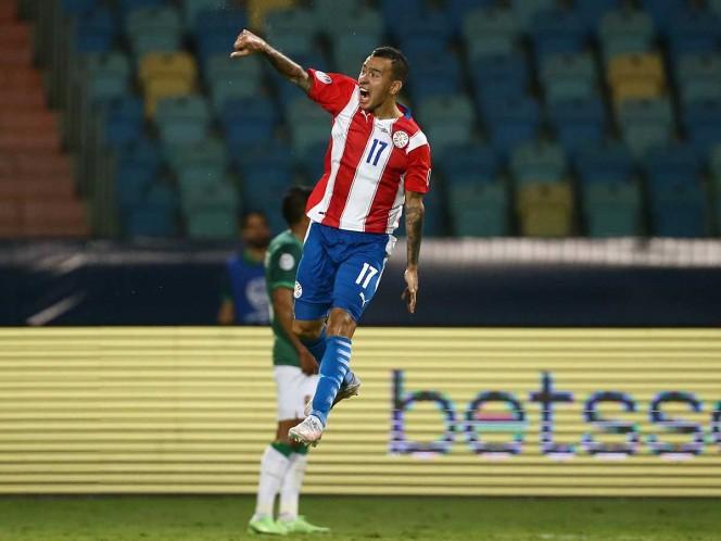 Paraguay remonta y toma el liderato de su grupo