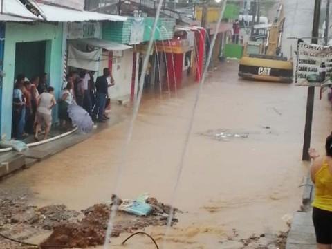 Se desborda río de aguas negras en Chiapas