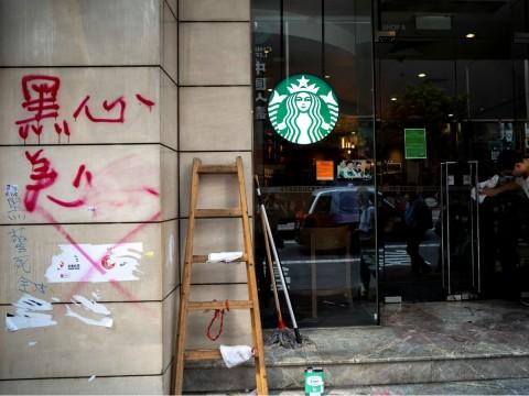 """Resultado de imagen de Coronavirus contagia a grandes empresas: Starbucks y Apple se retiran"""""""