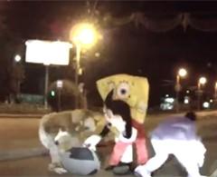 Mickey Mouse y Bob Esponja dan golpiza a un conductor