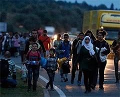 Refugiados en Hungría parten hacia Occidente a pie