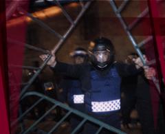 Encapuchados lanzan cohetones contra policías en el Zócalo